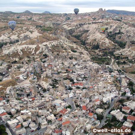 Ballonfahrt über Göreme, Blick auf Uçhisar im Hintergrund, Göreme gehört zum UNESCO-Welterbe