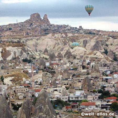 Blick aus dem Ballon auf Göreme, in der Ferne liegt der Felsen von Uçhisar,Göreme gehört zum UNESCO-Welterbe