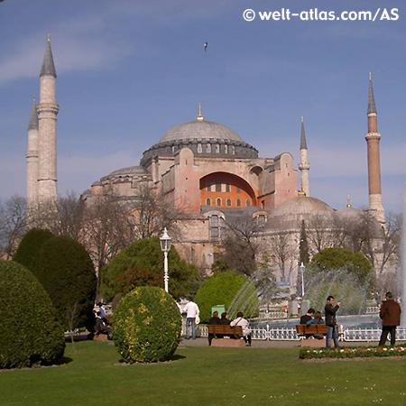 Die Hagia Sofia steht in Istanbul gegenüber der Blauen Moschee.
