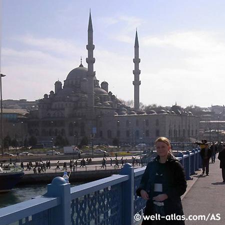 Die Yeni Moschee in Eminönü von der Yeni Galata Brücke