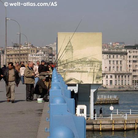Angler angeln ihren Lebensunterhalt von der Galata Brücke in Istanbul.