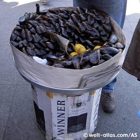 Gefüllte Muscheln zum Sofortverzehr, Straßenverkauf in Istanbul