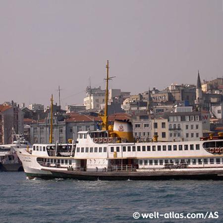 Fähren bringen die Menschen von der europäischen Seite Istanbuls auf die asiatische.