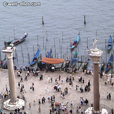 Venedig, Blick vom Campanile di San Marco auf die Goldeln am Anleger Markusplatz, Venetien, Italien