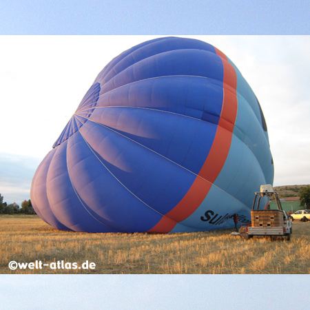 Der Heissluftballon wird zum Start vorbereitet