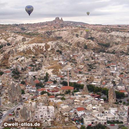 Blick aus dem Ballon auf Göreme, in der Ferne liegt der Felsen von Uchisar