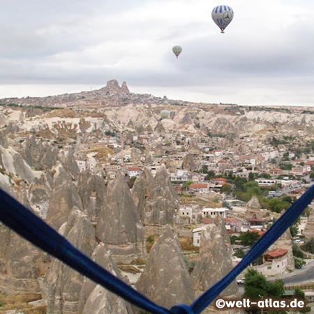 Ballonfahrt über Göreme, in der Ferne der Felsen von Uçhisar