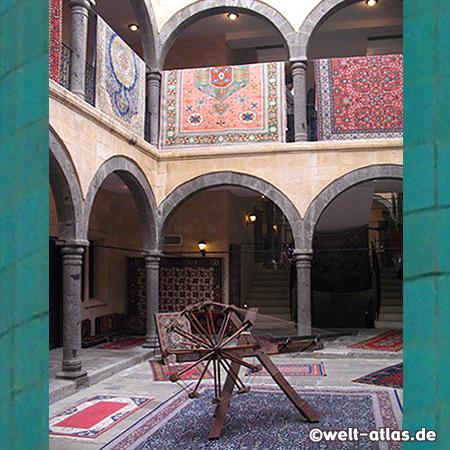 Die Teppichknüpferei ist in einem wunderschönen alten Palast untergebracht