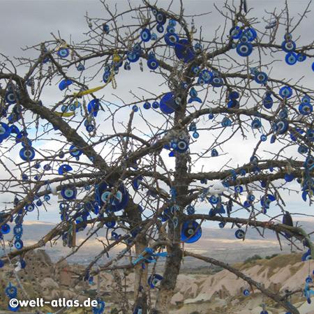"""Blaue Augen als Glasanhänger, ein Baum ist geschmückt mit den Nazar-Amuletten gegen den """"Bösen Blick"""""""