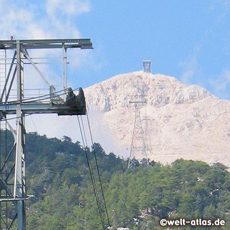 Blick aus der Kabine auf die Gipfelstation des Berges Tahtali, 2.365 m. Seilbahn Sea to Sky