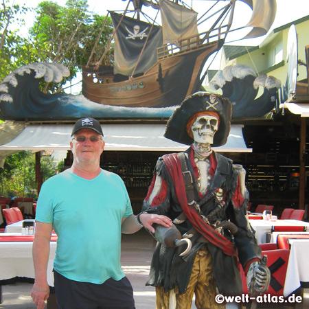 Fan of FC St. Pauli meets a pirat in front of a restaurant, Kemer