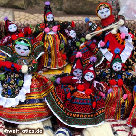 Handgemachte Puppen in der Tracht der Region