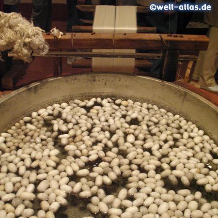 Die Kokons der Seidenraupen werden gewaschen
