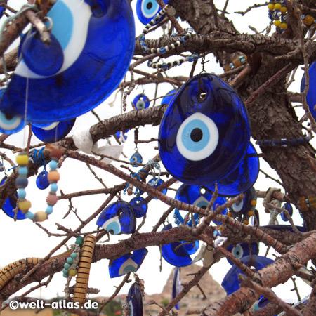 """Blaue Augen hängen im Baum -  Nazar-Amulette gegen den """"Bösen Blick"""""""