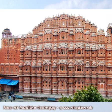 """Palace of Winds"" at Jaipur, also called ""Pink City"" of RajasthanFoto:© www.reisepfarrer.de"