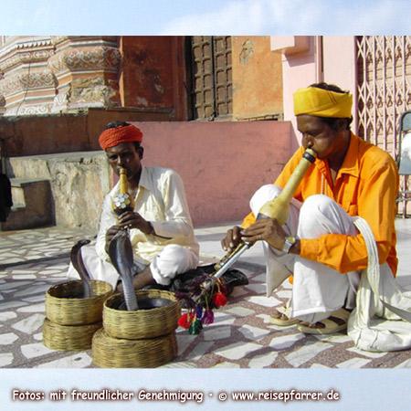 Schlangenbeschwörer mit Kobra in Jaipur, Foto:© www.reisepfarrer.de