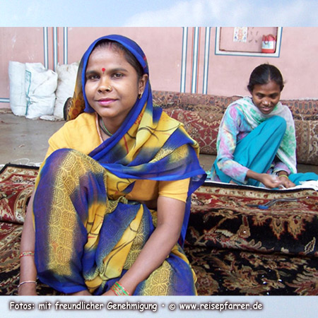 Junge Frauen beim Teppichhändler in Jaipur, Rajasthan IndienFoto:© www.reisepfarrer.de