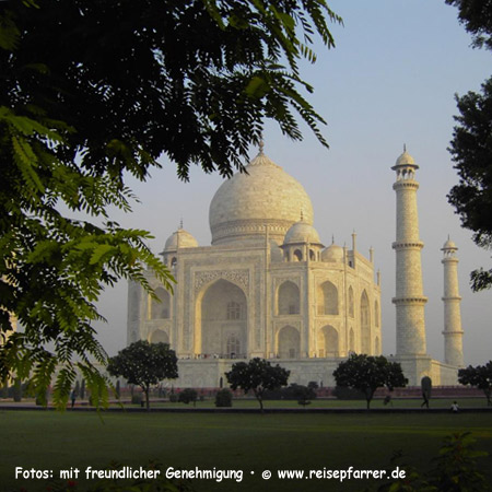 Mausoleum of the Taj Mahal in Agra, UNESCO World Heritage SiteFoto:© www.reisepfarrer.de