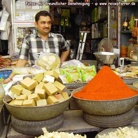 selling spices at the market, JodhpurFoto:© www.reisepfarrer.de