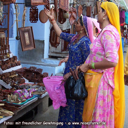 two women, shopping at the Pushkar Bazar, Rajasthan, India Foto:© www.reisepfarrer.de