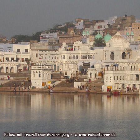 Ghats am  heiligen Pushkar-SeeFoto:© www.reisepfarrer.de