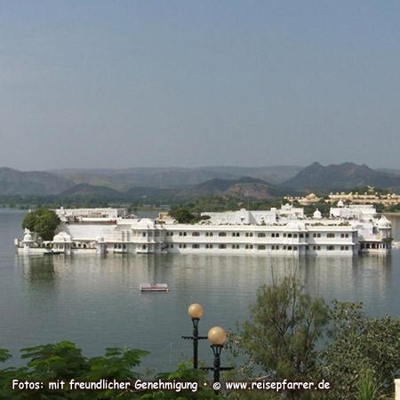 Blick auf das Lake Palace Hotel, im Picholasee, Udaipur, Rajasthan Foto:© www.reisepfarrer.de