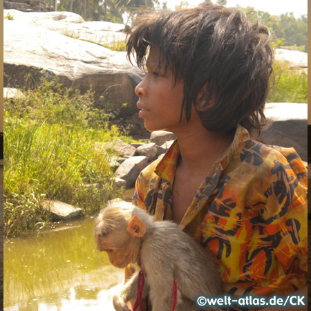 Junge mit einem Affen in Hampi
