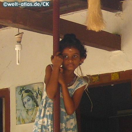 Kleines Mädchen vor dem Haus, Karnataka Indien