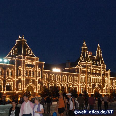 Abend auf dem Roten Platz vor dem GUM-Kaufhaus in Moskau