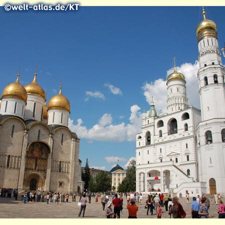 Kathedralenplatz, zu den Kathedralen im Moskauer Kreml gehören die Mariä-Entschlafens-Kathedrale und rechts die Erzengel-Michael-Kathedrale mit dem Glockenturm Iwan der Große