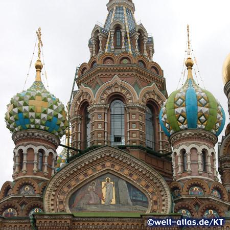 Die Zwiebeltürme der Christi-Auferstehungskirche St. Petersburg