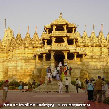 Goldenes Abendlicht am Jain Tempel in Ranakpur, weißer Marmor, RajasthanFoto:© www.reisepfarrer.de
