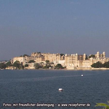 Blick über den Pichola-See auf den Stadtpalast von Udaipur, Rajasthan.Foto:© www.reisepfarrer.de