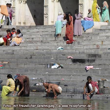 Frauen beim Waschen am Ghat in Udaipur, Ghats sind Treppen, die zum Wasser führen
