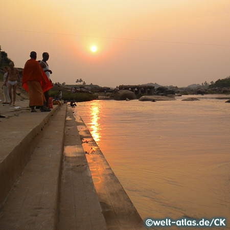 Sonnenuntergang bei den Ghats am Tungabhadra River, Hampi