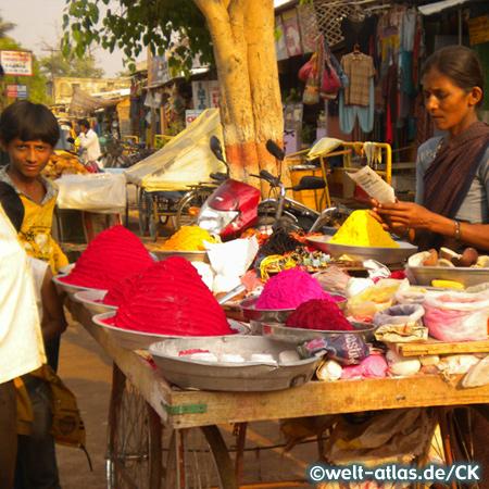 Marktstand mit leuchtendem Puder für religiöse Bemalung, Hampi