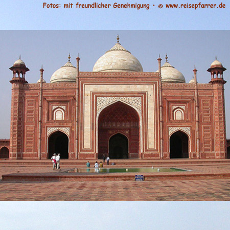 Moschee westlich des Mausoleums in Agra. Foto:© www.reisepfarrer.de