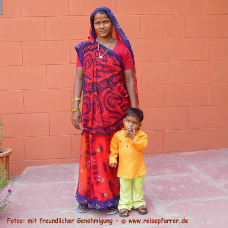 Junge Frau mit Sohn, IndienFoto:© www.reisepfarrer.de