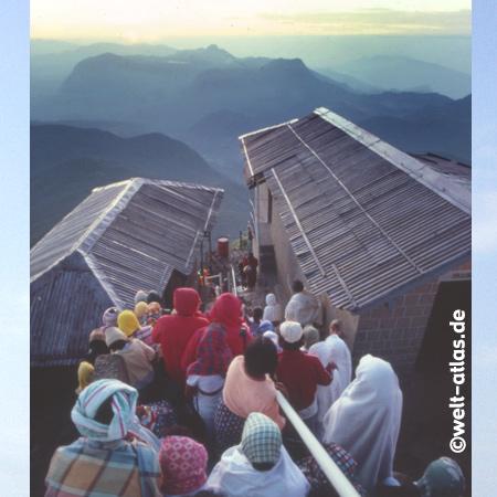 Pilger warten auf den Sonnenaufgang nach dem nächtilchen Aufstieg (Höhe 2243 m), bei Ratnapura