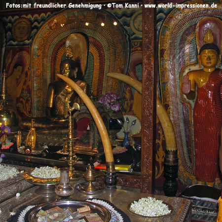 Im Zahntempel (Sri Dalada Maligawa) in Kandy