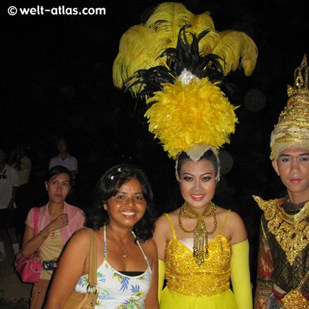 Sänger, Tänzer, prächtige Kostüme
