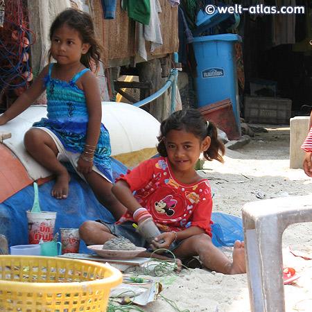 Fischerdorf Hua Thanon, spielende Kinder, Koh Samui, Thailand