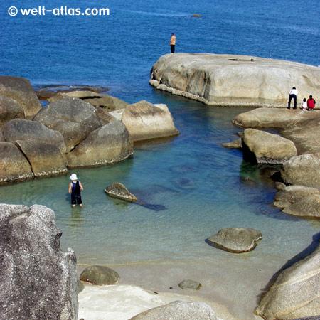 Bucht bei Hin Ta Hin Yai, Granitfelsen im Meer