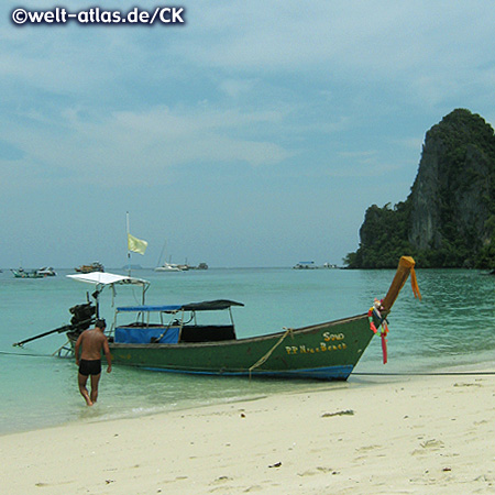 Longtail-Boot am Strand, Koh Phi Phi