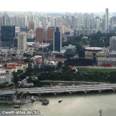 Blick über die Bucht auf Downtown Singapur – in der Bildmitte Gebäude (Victoria Theatre and Memorial Hall)aus der Kolonialzeit