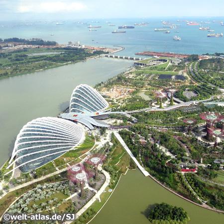 Gläserne Dome und Supertrees im spektakulären Gardens by the Bay, Parkgelände in Singapur