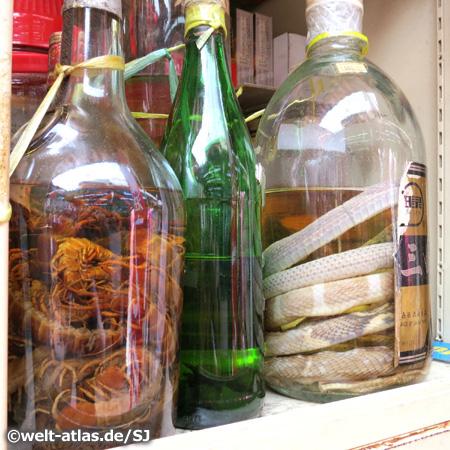 Schlangen und anderes Getier in Flaschen, Chinatown, Singapur