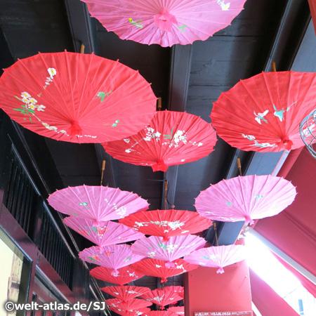 Rot und Pink – Dekoration von Papierschirmen, Chinatown, Singapur