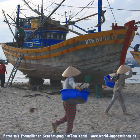 Women at Mui Ne Beach, Vietnam