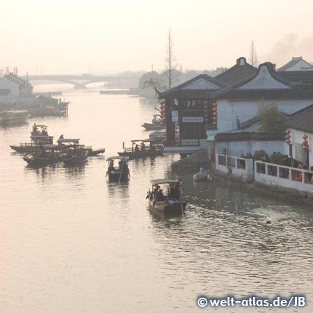 Zhujiajiao, ein altes traditionelles Wasserdorf in Shanghai am Huangpu-Fluss – Boote im Morgendunst